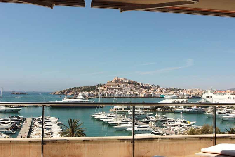 Casaviva Ibiza Inmobiliaria: Amplio piso de lujo con vistas frontales al mar en Marina Botafoch - Ibiza.