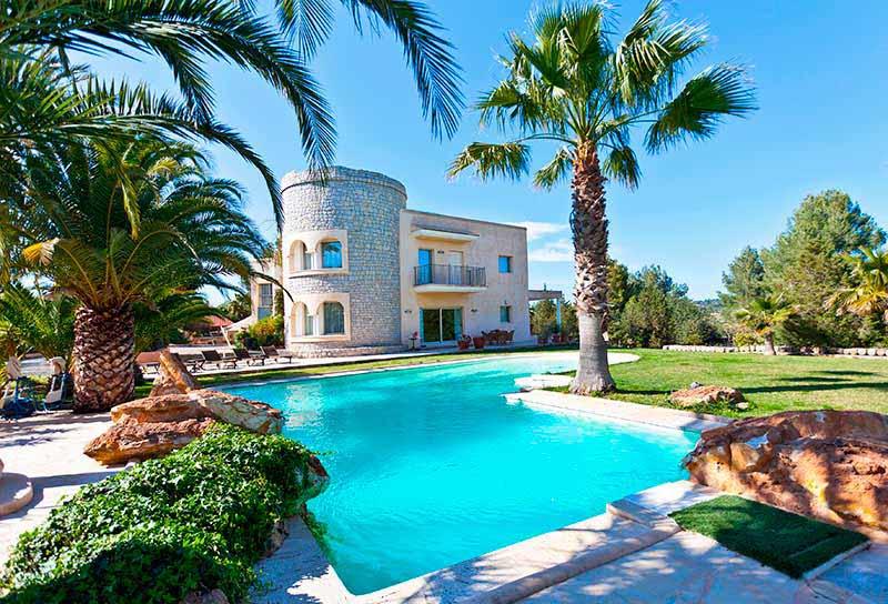 Casaviva Ibiza Inmobiliaria: Gran villa de lujo situada en las afueras de la ciudad de Ibiza.
